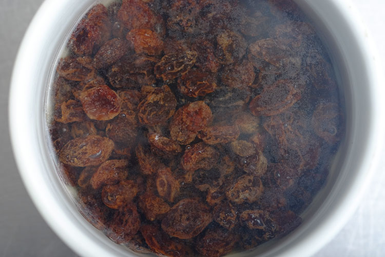 Maqbous: Soak the raisins in rose water.